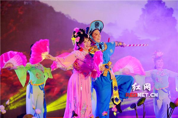 经典花鼓戏《刘海砍樵》登上舞台让师生共同鉴赏