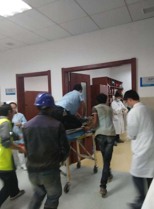 俞美祥医生一路跪着心脏按压的情景,被医院里其他就诊患者拍摄下来