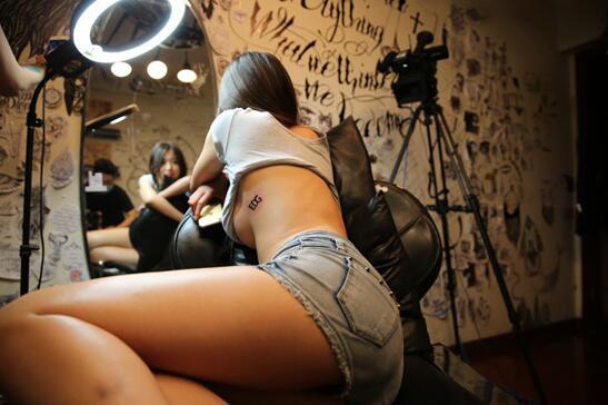 虎牙纹身女主播一夜走红 现场大尺度私密照被爆图片