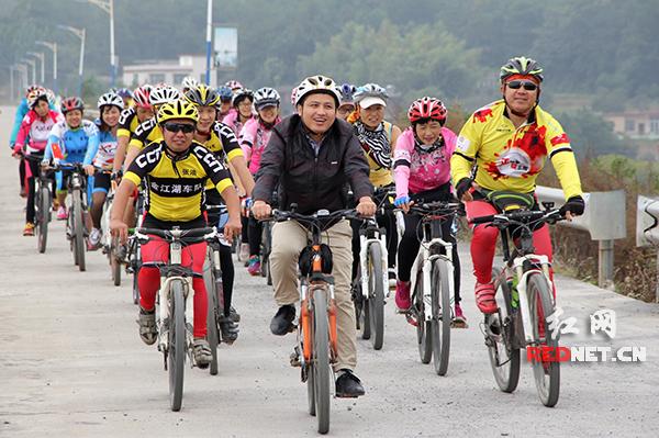 第八届环湘自行车赛不间断骑行集结赛车队抵达终点邵阳市邵阳县金江乡。