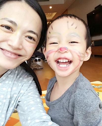 姚晨确认将生二胎 捂嘴娇笑心情好