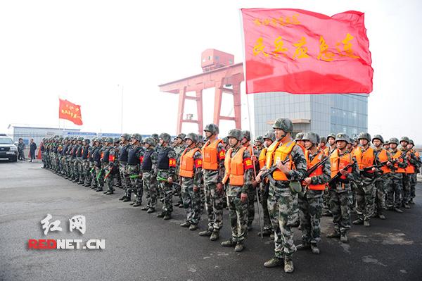 """湖南省军区""""湘江—2015""""演习进入实兵演练阶段,图为参演官兵。"""