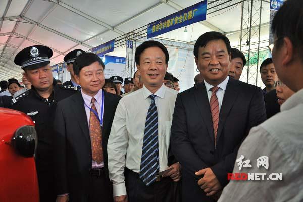 何报翔(右二)、龚武生(右三)等领导巡展