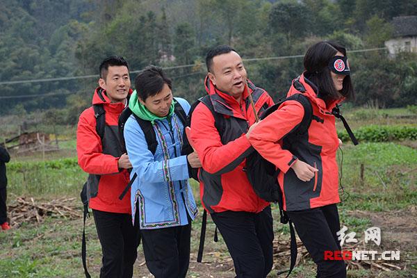 红队挑战陆地龙舟。