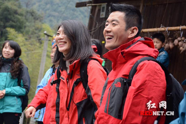 王峰(右一)参赛打硪号子。