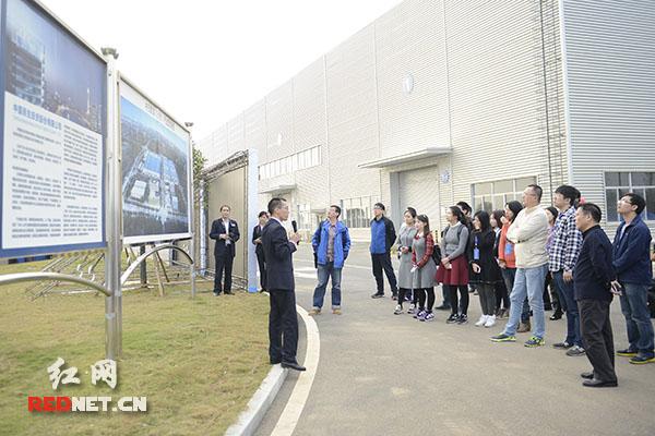 """9日下午,""""中国网络媒体湖南行""""采访团参观湖南千亿级建筑工业化企业——中民筑友。"""