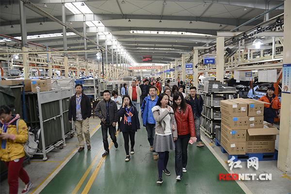 中国网络媒体湖南行编辑记者参观吉利汽车。