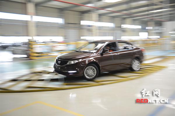 吉利汽车公司内,工作人员对汽车进行抗震测试。