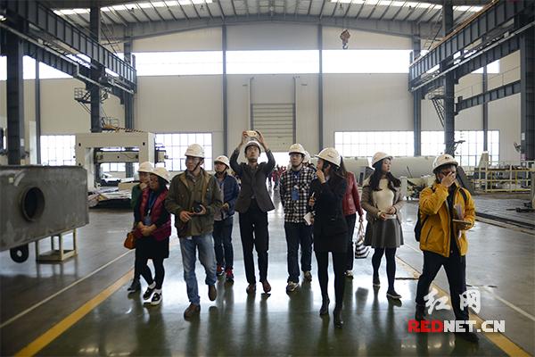 中国网络媒体湖南行记者编辑参观泰富重工。