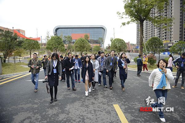 采访团参观北大培文九华实验中学。