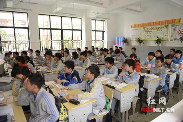 北大培文九华实验中学初中班正在上课。