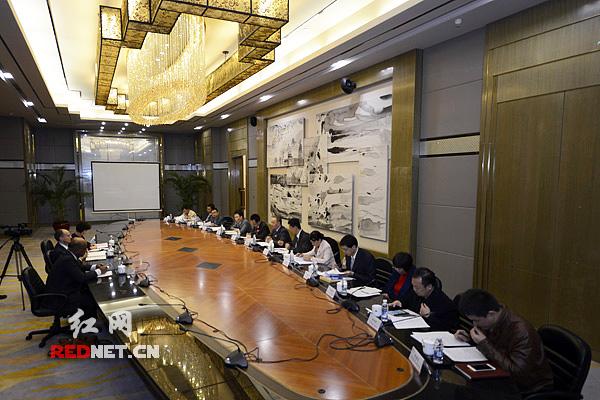 11月12日,世界银行副行长扬·瓦利泽尔与湖南省财政厅党组书记、厅长郑建新就DPL项目进行座谈。