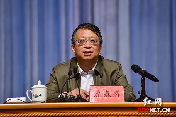 中央宣讲团成员、全国人大常委会副秘书长沈春耀作宣讲报告。