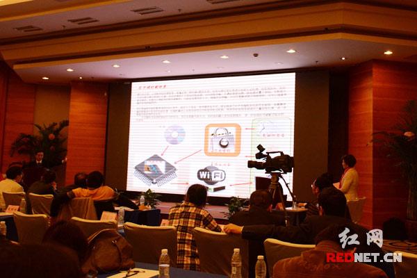 2015长沙集成电路设计与应用创新创业大赛现场。   红网长沙11月13日讯(时刻新闻记者 张珍 杨艳)公共wifi不安全,安全问题成隐患。也许,可以试试另一种处理芯片。      今日上午,在2015长沙集成电路设计与应用创新创业大赛上,长沙闿意电子科技有限公司介绍了他们的路由处理芯片。借鉴数字版权管理技术,结合个人签名、有效签名的方式,结合路由芯片产生随机变化的可变密钥,将需要传输的数据流进行加密处理,使所使用的密钥三重加密。处理完一笔订单出门,你的密码就不同了,因为密钥随机可变。      活动