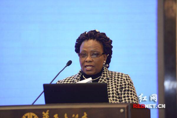 津巴布韦民盟副部长奥西莉亚﹒姆南加古瓦致辞