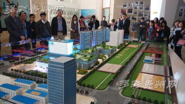 全国网媒湖南行采访团记者们参观保税区沙盘