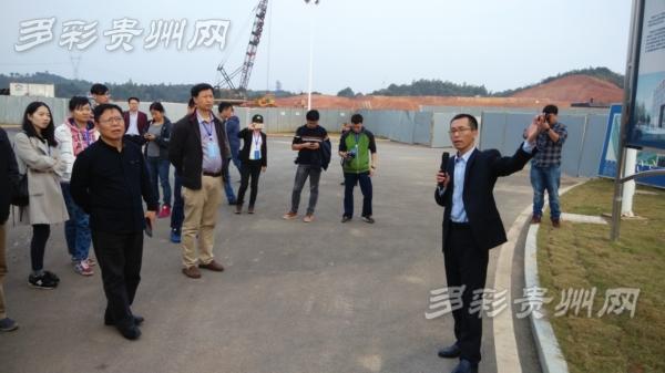工作人员向采访团记者介绍中民筑友建设情况
