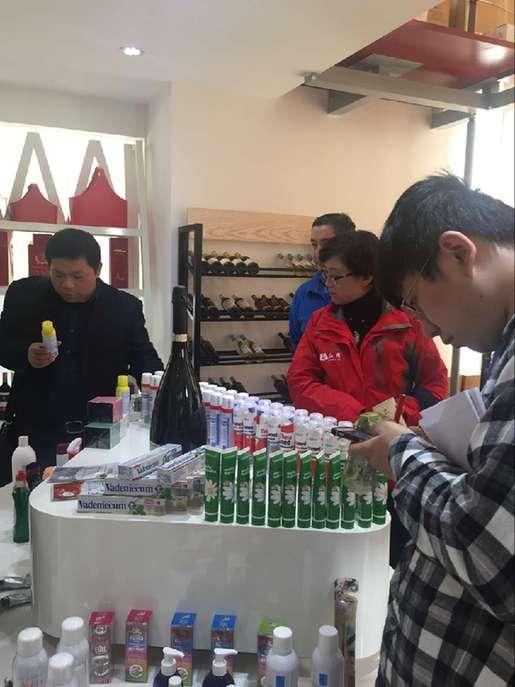 网媒团在金霞保税店享受购物乐趣