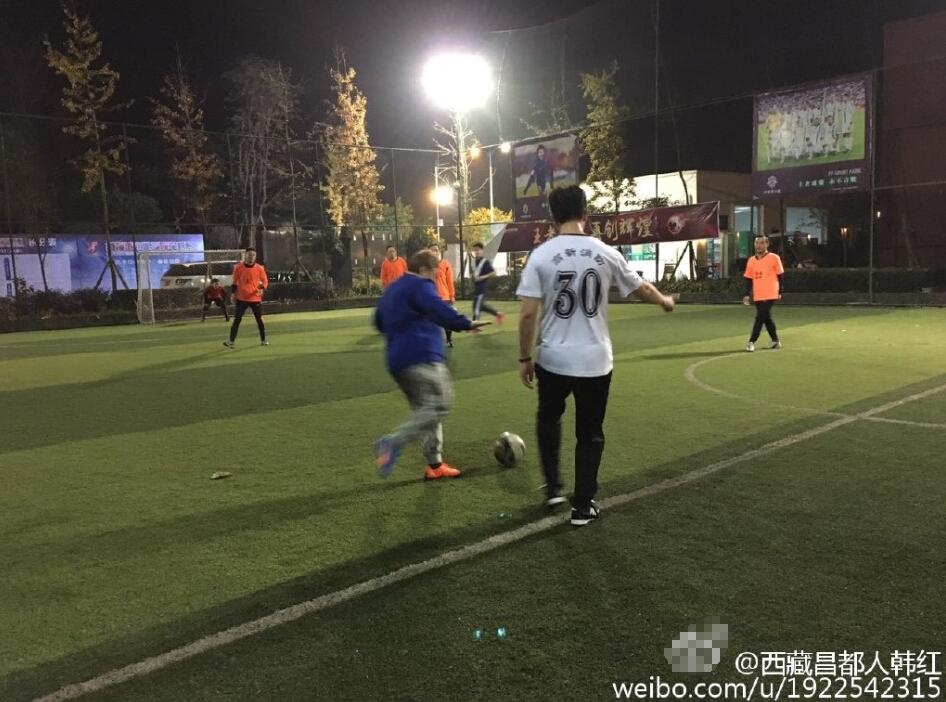 44岁韩红赛场踢球 身形矫健满场飞奔(图)
