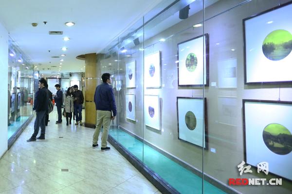 """""""片刻——当代摄影展""""展出了湖南文学艺术""""四君子""""的摄影作品。"""