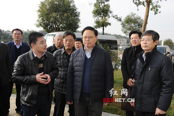 副省长张剑飞一行查看了农村住宅产业化样板房展示区。