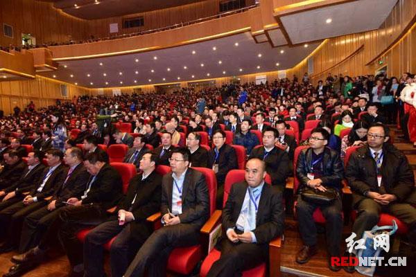 1000余名湘商精英相聚邵阳市文化艺术中心,纵论湘商发展。