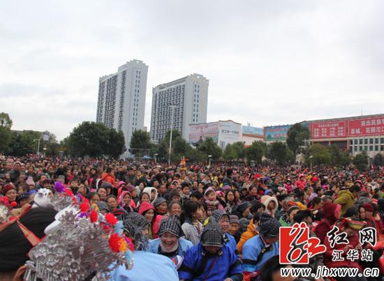 人山人海的观看文艺汇演的各地群众。