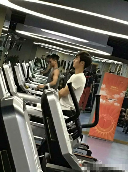 蒋劲夫身材堪比健身教练