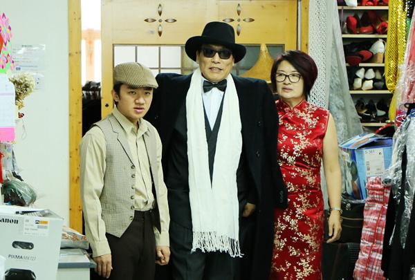 王祖蓝和岳父母一同试衣服
