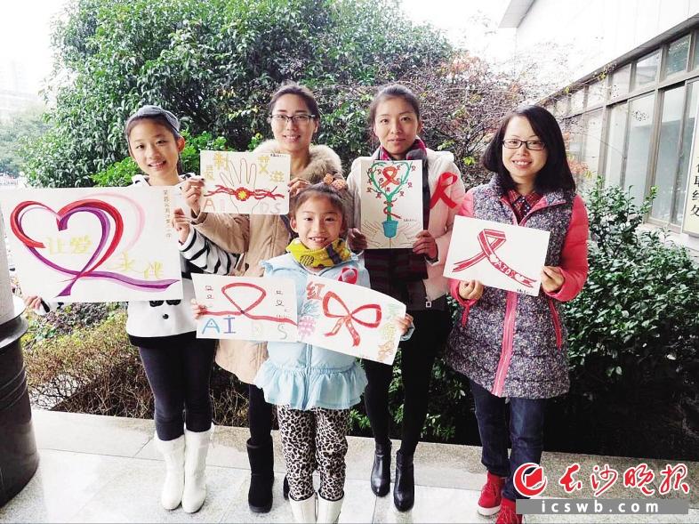 长沙芙蓉区志愿者手绘百张卡片街头倡导防艾