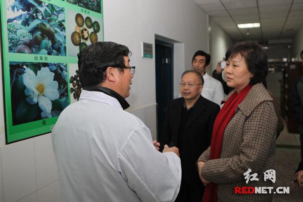 黄兰香在中南林业科技大学与专家交流。