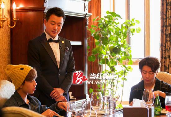 佟大为给学生们担任服务员做示范。