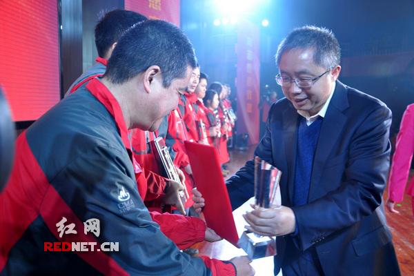 省委宣传部副部长、省文明办主任、省志工办主任刘进能(右)颁奖。