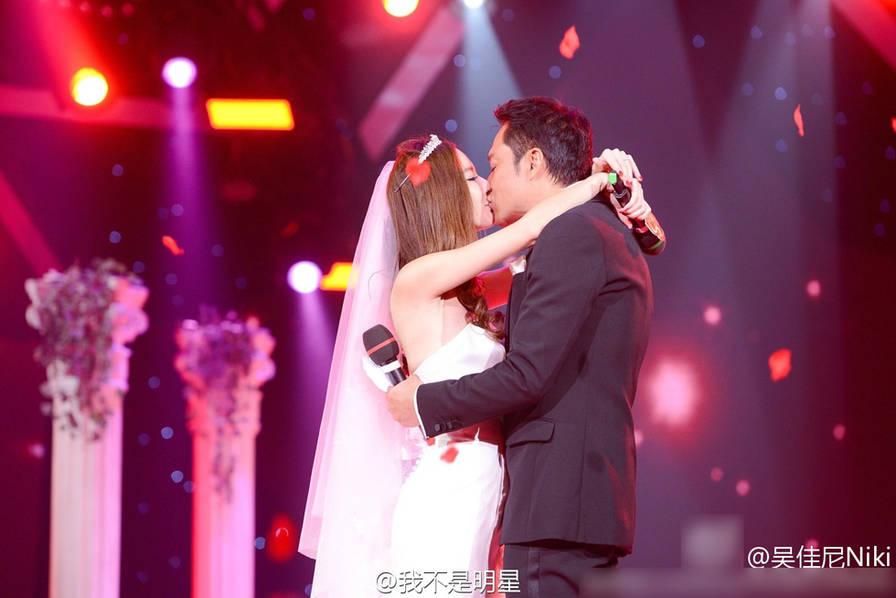 等了8年!马景涛终于与小21岁娇妻补办婚礼