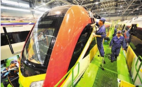 中国中车株洲电力机车有限公司城轨组装车间,技术工人正在制造我国出口欧洲的首列动车组。