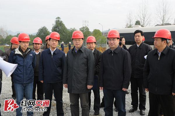 12月3日,湖南省副省长张剑飞前往张家界、湘西州、怀化调研张吉怀铁路项目。图为张剑飞一行在张家界火车西站调研。