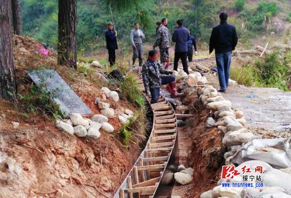 施工中的绥宁县农综开发项目水渠建设工程