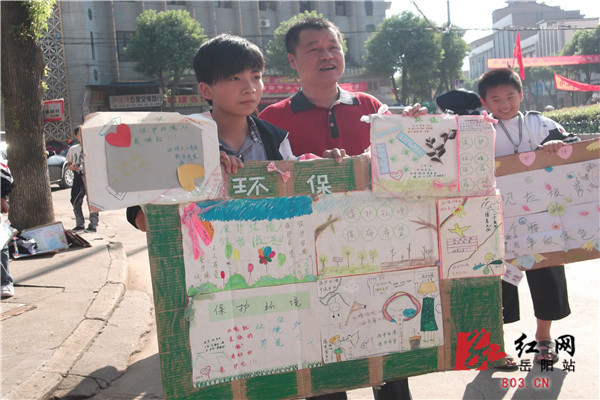 志愿者自制的环保宣传展板