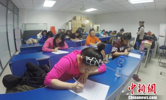 作为中国竞技钢管舞的又一创新之举,职业钢管舞教练员等级考试今日在天津试行,驻扎在天津的中国钢管舞训练中心共吸引了来自全国10个省市的近20名钢管舞教练参与首期考核,并分别获得一、二、三级钢管舞教练证书。 王昊 摄