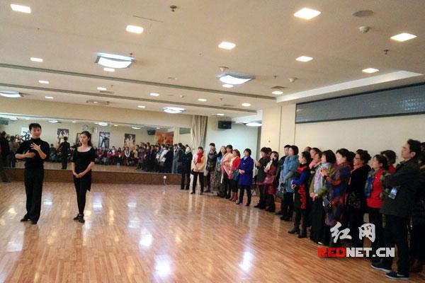 图片说明:拉丁舞前世界冠军获得者为长沙体育舞蹈爱好者授课。