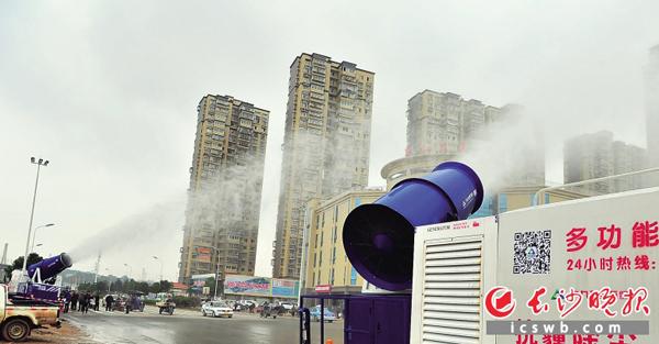 首次在长试用,喷洒的超微水雾可达200米远、40多米高,效率高出普通洒水车20倍。 雨花区在全市率先试用高科技雾炮车上路流动除尘作业,开启了快速抑制扬尘和常态抗霾的新模式。长沙晚报记者 贺文兵 摄