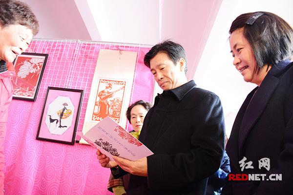 蔡振红(右二)、王晓琴(右三)以及湖南省妇联主席杜亚玲(右一)等领导和嘉宾参观手工编织优秀作品展和手工技能操作竞赛。