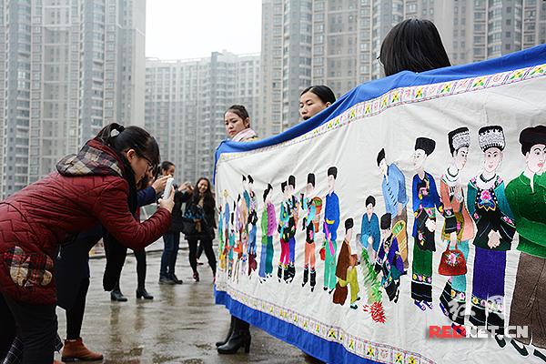 长达148米的苗族古歌史诗画卷吸引了众多目光。