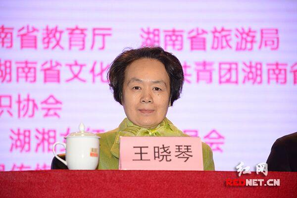 王晓琴等领导和嘉宾参观手工编织优秀作品展和手工技能操作竞赛。