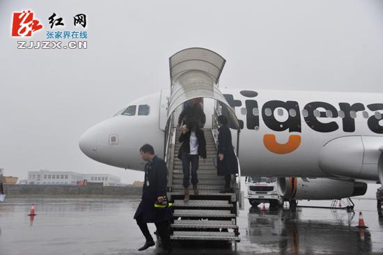 """""""12月12日上午,随着满载台湾游客的虎航飞机抵达张家界荷花国际机场"""