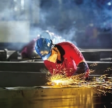图为工人在气割盾构机整圆器的工艺支撑。整圆器圆度要求高,误差需控制在3mm以内,为了控制误差,整圆器在机加工前会加上工艺支撑以防止其变形,在完成机加工后再拆除工艺支撑。