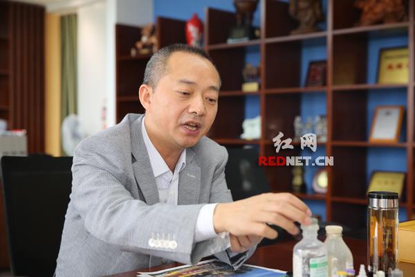 千山药机董事长刘祥华在介绍企业的精准医疗产业布局。他已经拥有900多项个人专利