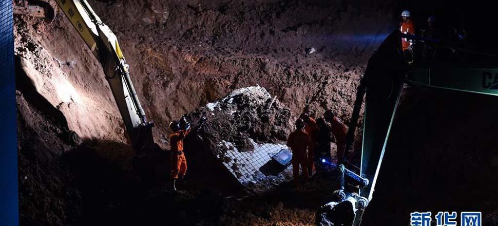 12月20日,消防官兵在事故现场救援。