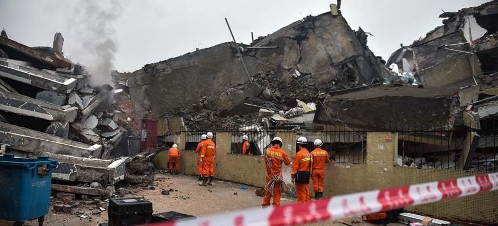 12月20日,消防官兵在在事故现场救援。