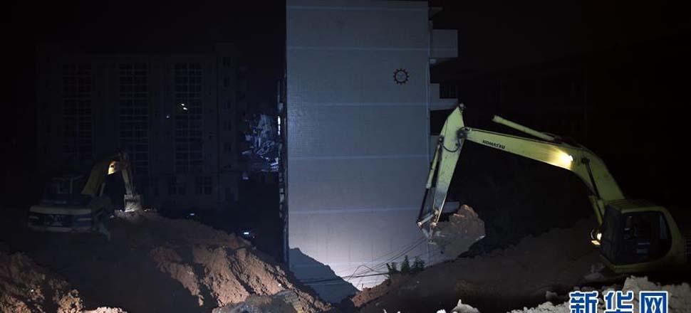 12月20日,消防官兵在事故现场搜救。